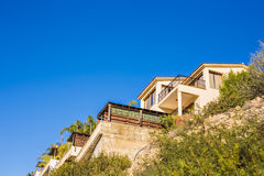 岩石小山的新的家庭房子 免版税图库摄影