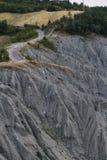 岩石小山细节与一辆汽车的在途中 免版税库存照片