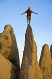 岩石尖顶的登山人 免版税库存照片