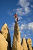 岩石尖顶的登山人 库存图片