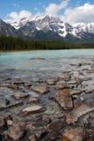 岩石山的河 免版税库存照片
