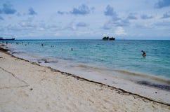 岩石岩礁,哥伦比亚- 2017年10月21日:游泳在水中的未认出的人民在岩石岩礁在圣安德烈斯靠岸 库存图片