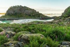 岩石岸和一个沙滩 免版税库存照片