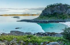 岩石岸和一个沙滩 免版税库存图片