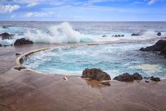 岩石岸和自然水池 波尔图莫尼兹,马德拉岛海岛,葡萄牙 免版税库存图片