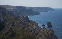 岩石岸在秋天 库存照片
