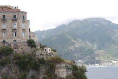 岩石岸的住宅房子 免版税库存照片