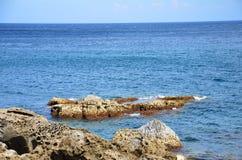 从岩石岸的海景 库存图片