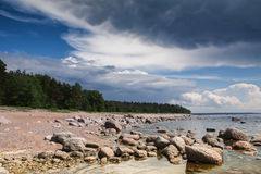 岩石岸看法在风暴前的 免版税图库摄影