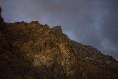 岩石峡谷的山峰在从下雪的碎片的wasatch山脉whisped山顶 库存图片