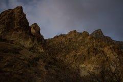 岩石峡谷的山峰在从下雪的碎片的wasatch山脉whisped山顶 免版税库存照片