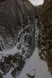 岩石峡谷的山峰在从下雪的碎片的wasatch山脉whisped山顶 免版税库存图片