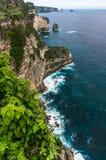 岩石峭壁和海波浪 库存照片