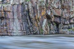 岩石峭壁和白浪河 免版税库存图片