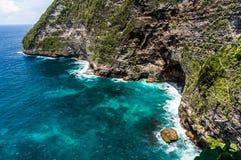 岩石峭壁和美丽的海 库存照片