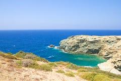岩石峭壁和透明海水美丽的景色在克利特 免版税库存照片