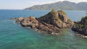 岩石峭壁和青山在海天线环境美化 在蓝色海水ans船航行的美丽的峭壁在绿色 股票视频