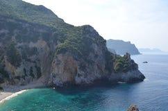 岩石峭壁围拢的美丽的秘密海湾 corfu希腊海岛 库存照片