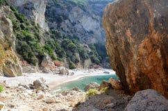 岩石峭壁围拢的美丽的秘密维尔京海滩 corfu希腊海岛 库存照片