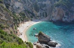岩石峭壁围拢的美丽的秘密维尔京海滩 corfu希腊海岛 库存图片