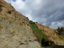 岩石峭壁在Kapchorwa镇后面  免版税库存照片