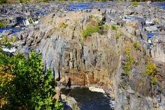 岩石峭壁的急流 免版税库存照片
