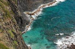 岩石峭壁的海洋 免版税库存图片
