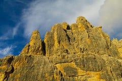 岩石峭壁耸立在白云岩山日落光, Dolomiti di Brenta 免版税库存照片
