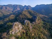 岩石峭壁鸟瞰图在山脉的 免版税图库摄影