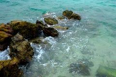 岩石平静场面的海运 图库摄影