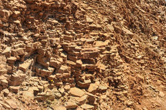岩石形成在墙壁的一个模式 免版税库存图片