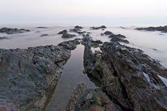 岩石形状在Pandak海滩的在日出,登嘉楼,马来西亚期间 图库摄影