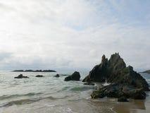 岩石惊人的自然风景在海滩的 库存图片