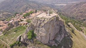岩石惊人的轨道4k天线与宽容十字架的在Bova,卡拉布里亚,意大利 股票视频