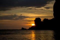 岩石日落剪影在Rai莱伊海滩海湾的在泰国 免版税图库摄影