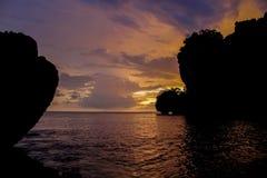 岩石日落剪影在Rai莱伊海滩海湾的在泰国 库存图片
