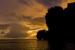 岩石日落剪影在Rai莱伊海滩海湾的在泰国 免版税库存照片