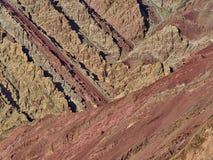 岩石明亮红色和黄色颜色地层创造在陡峭的岩石的三角 免版税图库摄影