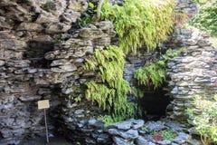 岩石曲拱在中国庭院里 库存照片
