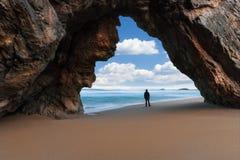 岩石曲拱的孤独的人 免版税库存图片