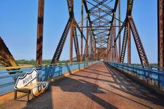 岩石桥梁链子在密西西比河的 库存照片