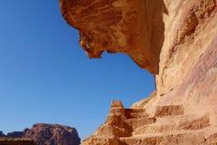 岩石楼梯导致牺牲高地方的在古镇Petra,约旦 免版税库存图片