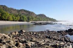 岩石水和沙滩 免版税库存图片
