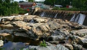 岩石水坝的河 免版税库存图片
