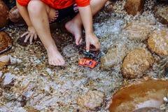 岩石水池和脚趾 免版税库存图片