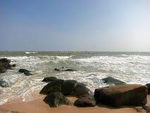 岩石沙子和波浪 免版税库存照片