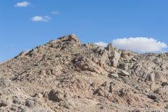 岩石沙漠山有蓝天背景 免版税图库摄影