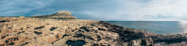岩石沙漠美好的风景全景有山和s的 免版税库存照片