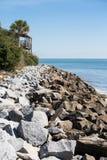 岩石沿海家防波堤和甲板  免版税库存照片