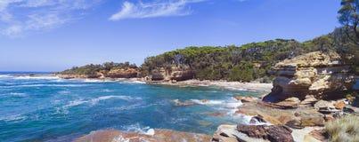岩石沿海小海湾在南海岸NSW澳大利亚全景 库存图片